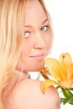 Schöne junge Frau mit Lilien-Blume Lizenzfreie Stockbilder