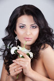 Schöne junge Frau mit Lilienblume. stockbilder