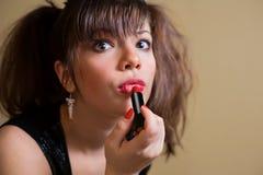 Schöne junge Frau mit Lippenstift Stockfotografie