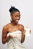 Schöne junge Frau mit Lotion (2) Stockfotos