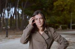 Schöne junge Frau mit Mantel draußen Lizenzfreie Stockfotos