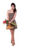 Schöne junge Frau, mit mit Blumen und Matten lizenzfreie stockfotografie