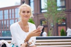 Schöne junge Frau mit Mitteilung des blonden Haares Stockfoto