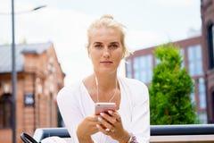 Schöne junge Frau mit Mitteilung des blonden Haares Stockfotos