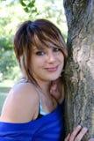 Schöne junge Frau mit natürlicher Verfassung lizenzfreie stockfotos