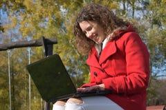 Schöne junge Frau mit Notizbuch Stockfotografie