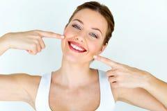 Schöne junge Frau mit perfektem Lächeln Lokalisiert auf Weiß