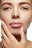 Schöne junge Frau mit perfekter sauberer glänzender Haut, natürliches Modemake-up Nahaufnahmefrau, neuer Badekurortblick Lizenzfreies Stockfoto