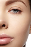 Schöne junge Frau mit perfekter sauberer glänzender Haut, natürliches Modemake-up Nahaufnahmefrau, neuer Badekurortblick Lizenzfreie Stockfotos