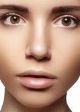 Schöne junge Frau mit perfekter sauberer glänzender Haut, natürliches Modemake-up Nahaufnahmefrau, neuer Badekurortblick Stockfotos