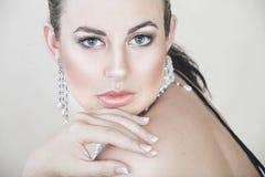 Schöne junge Frau mit Perlen lizenzfreies stockfoto