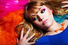 Schöne junge Frau mit Regenbogenmake-up Stockfotos