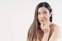 Schöne junge Frau mit reiner Haut und starkem gesundem hellem h Stockbilder