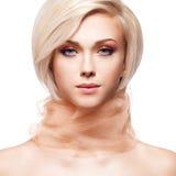 Schöne junge Frau mit rosa Gewebe Lizenzfreie Stockfotografie
