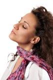 Schöne junge Frau mit rosa Schal. Stockfotos
