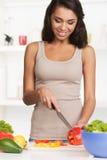 Schöne junge Frau mit Salat, auf Weiß Stockfotos