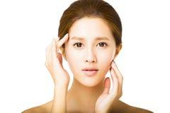 Schöne junge Frau mit sauberem Gesicht Stockbild
