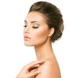 Schöne junge Frau mit sauberer frischer Haut Stockfotos