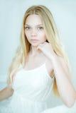 Schöne junge Frau mit sauberer frischer Haut Stockfoto
