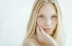 Schöne junge Frau mit sauberer frischer Haut Lizenzfreies Stockbild