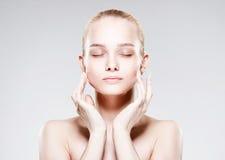 Schöne junge Frau mit sauberer frischer Haut Lizenzfreie Stockbilder