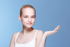 Schöne junge Frau mit sauberer frischer Haut Lizenzfreies Stockfoto