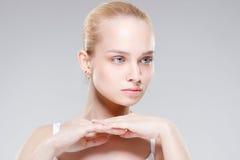 Schöne junge Frau mit sauberer frischer Haut Stockbilder