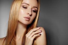 Schöne junge Frau mit sauberer Haut, schönes gerades glänzendes Haar, Modemake-up Zaubermake-up, perfekte Formaugenbrauen Por Lizenzfreie Stockfotografie