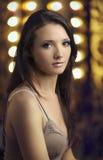 Schöne junge Frau mit Scheinwerfern Stockbilder