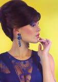 Schöne junge Frau mit Schmucksachen Stockfotos