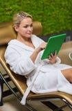Schöne junge Frau mit Smartphone am Badekurort Stockfotos