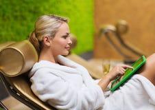 Schöne junge Frau mit Smartphone am Badekurort Lizenzfreie Stockfotos