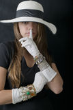 Schöne junge Frau mit stilvollem schlaffem Hut, lange Weinlese-weißen Handschuhen und Schmuck Stockfoto