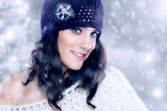 Schöne junge Frau mit Strickmütze stockfotografie