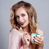 Schöne junge Frau mit Tasse Kaffee lizenzfreies stockfoto