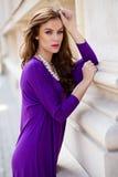 Schöne junge Frau mit violettem Kleid Lizenzfreie Stockfotografie