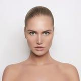 Schöne junge Frau mit vollkommener Haut Stockfotografie