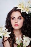 Schöne junge Frau mit weißen Blumen Lizenzfreies Stockbild