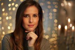 Schöne junge Frau mit Weihnachtslichtern stockbilder