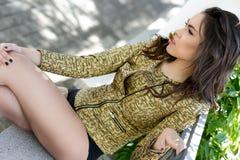 Schöne junge Frau, Modell der Mode, in einem Garten lizenzfreie stockbilder