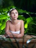 Schöne junge Frau nach Bad mit grünem Tuch Lizenzfreie Stockfotografie