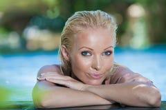 Schöne junge Frau nach Bad mit grünem Tuch stockfotografie