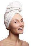 Schöne junge Frau nach Bad mit grünem Tuch Schöne junge Frau nach Bad Vollkommene Haut Junge Haut Schönes Gesicht der jungen Frau Stockbild