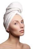 Schöne junge Frau nach Bad mit grünem Tuch Schöne junge Frau nach Bad Vollkommene Haut Skincare Stockbild
