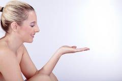 Schöne junge Frau nackt im Badekurort Lizenzfreie Stockfotografie