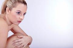 Schöne junge Frau nackt im Badekurort Stockbilder