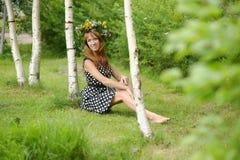 Schöne junge Frau nahe der Birke Stockfoto
