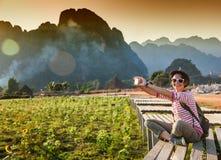 Schöne junge Frau nimmt den Reisenden auf Ländern eines Handys Stockfotografie