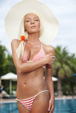 Schöne junge Frau am Poolside Lizenzfreie Stockbilder