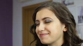 Schöne junge Frau am Schönheitssalon Art und Weisefrisur Bilden Sie Friseur, der Gesichtsspray verwendet stock footage
